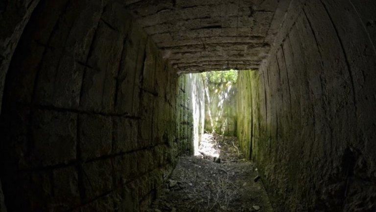 Светлина в тунела. Въпреки здравината си, железобетонните стени на бункера се рушат от времето и затрупват пода на този коридор.