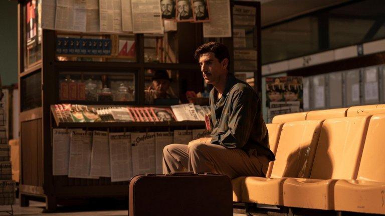 """The Spy (Canal +/Netflix) Свикнали сме да виждаме Саша Барън Коен (Borat, Bruno, Who is America) в комедиен план. В сериала The Spy обаче той си слага сериозната маска, за да изиграе израелския шпионин Илай Коен - легендарен агент на израелските разузнавателна агенция Мосад.  Историята се фокусира върху Коен, който през 60-те години на миналия век влиза под прикритие в Сирия, където успява да се сближи с амбициозни военни лидери и техните богати приятели. Това му осигурява невиждано ниво на доверие и информация относно тайните антиизраелски начинания на Сирия. Зад епизодите стои името на Гидиън Раф - човекът, създал израелската драма Prisoners of War, върху която стъпва сериалът Homeland (""""Вътрешна сигурност"""") на Showtime."""