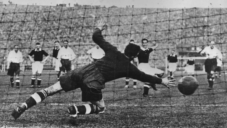 Дузпата влиза официално във футболните правила на на 2 юни 1891 г. Първата дузпа е отсъдена на 22 август същата година по време на мач от шотландското първенство между отборите на Рентън и Лейт Атлетик