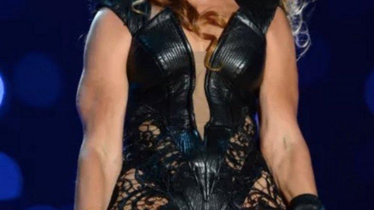 """Интернет не трябваше да вижда тази снимка...   Мястото отново е финалът на superbowl, годината е 2013-а. Бионсе е на сцената в прилепнали черни кожени дрехи. Певицата е разгорещена, както винаги, когато е пред публика, а десетки обективи щракат срещу нея.   Оказва се, че повечето снимки обаче далеч не показват изпълнителката в най-добрата й светлина. Стига се до там, че продуцентите й започват да молят и дори заплашват сайтове да премахнат снимките й (и особено тази горе). Кадърът обаче продължава да шества из интернет и до днес, защото просто няма такова нещо като """"да премахнеш нещо от мрежата""""."""
