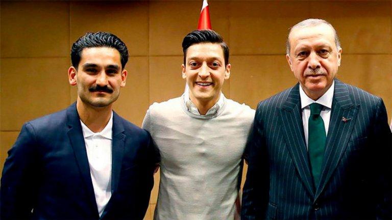 Тази снимка на Йозил и колегата му Илкай Гюндоган с турския президент предизвика огромни критики