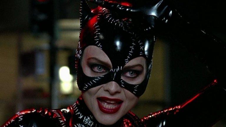 """Мишел Пфайфър (""""Батман се завръща"""", 1992 г.)  Най-добрата Жена котка на екран до момента остава Мишел Пфайфър. Прилепналият костюм, """"съшит"""" с тел, също така продължава да е най-сексапилния вид, който героинята е имала на екран. Първоначално в ролята е трябвало да бъде Анет Бенинг (""""Американски прелести""""), която обаче се отказва от проекта, след като забременява. Шон Янг (Blade Runner) също иска ролята, но в крайна сметка тя отива в ръцете на Пфайфър. Нещо, от което актрисата е много доволна въпреки неудобния латексов костюм."""