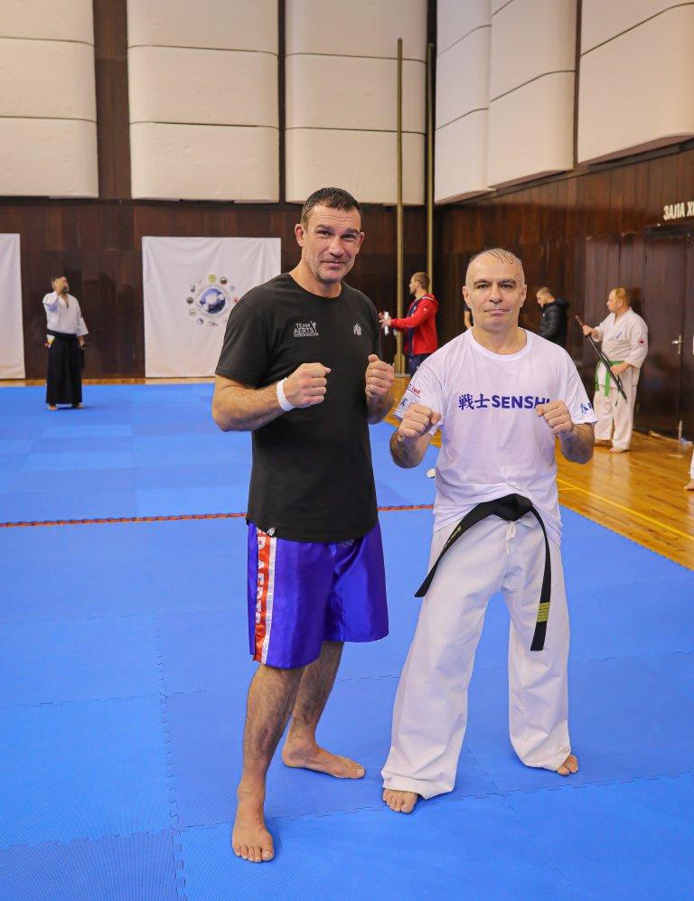 Световното кикбокс величие Петер Артс и Шихан Иво Каменов (председател на Професионалната лига на KWU и Нацоналната асоциация на бойните спортове в България) по време на един от семинарите във Варна.