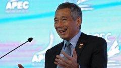 63-годишният Ли Сиен Лун е третият министър-председател на Сингапур, като заема поста от 2004 г. Завършил е с отличие математика и компютърни науки в Тринити Колидж (Кеймбридж) през 1974 г., като има магистратура по публична администрация от Харвард.