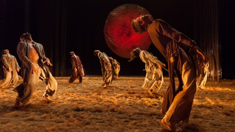 Сегедският модерен балет създава пищно зрелище по музиката на едно от най-изпълняваните класически произведения и му дава съвсем различен живот.