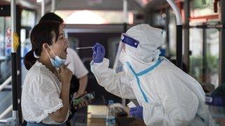 20 нови случая доведоха до масово тестване и спиране на транспортни услуги