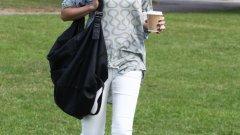 Супермоделът Агинес Дейн тъпче тревата с чаша кафе и кецове Converse