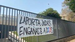 Феновете на Барса към Лапорта: Юда, ти измами Меси!
