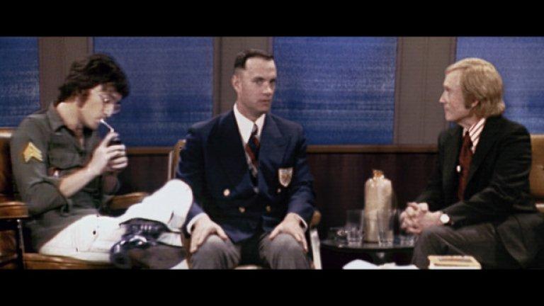 Форест Гъмп (1994)  От онези редки филми, които успяват да грабнат и мейнстрийм аудиторията, и претенциозните ценители и критици. Гигантски финансов и художествен успех, дължащ се на доста фактори - необиковена, но емоционално ангажираща история, майсторски разказ, виртуозна режисура, феноменална актьорска игра и уникална техническа презентация.   Последното бележи революция в използването на визуалните ефекти, чрез които героят на Том Ханкс е интегриран в ключови архивни кадри отпреди десетилетия. Резултатът е поразителен - все едно Форест наистина се ръкува с Кенеди и разговаря с Ленън. Ето как се придвижват напред технологиите в киното и без изобразяване на дигитални чудовища и далечни галактики.