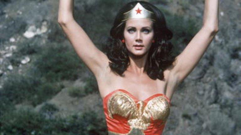 1.Линда КартърНа първо място е Линда Картър, първата и незабравима Wonder Woman в едноименния телевизионен сериал, който пожъна огромен успех в САЩ от 1975 до 1979 година.