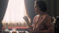 """The Crown   The Crown ще се завърне с трети сезон по Netflix като това се очаква да стане тази есен. Оливия Колман поема щафетата от Клеър Фой и ще дебютира в поредицата в ролята на кралица Елизабет II. Вече се знае, че шоуто ще има и четвърти сезон, в който ще видим 23-годишната Ема Луис Корин в ролята на младата принцеса Даяна. Третият сезон на """"Короната"""" трябва да направи лек скок във времето, както подсказва и почти изцяло обновеният каст."""
