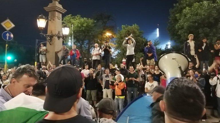 """Полицията с жест към протестиращите - униформените се отдръпнаха и позволиха блокирането на пл. """"Независимост"""""""