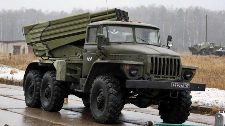 """БМ-21 """"Град""""  Реактивната система за залпов огън БМ-21 """"Град"""" е наследник на легендарната """"Катюша"""" от времето на Втората световна война. Системата изстрелва 122-mm неуправляеми ракети на дистанция от 20 km."""
