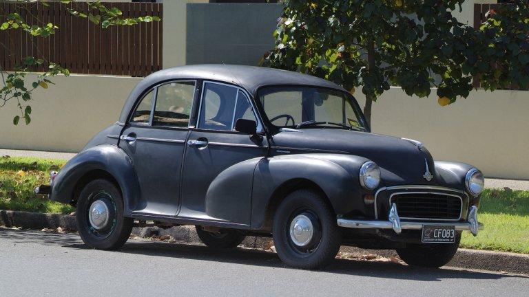Morris MinorТози Morris Minor e произведен през 1953 г., но дизеловото му сърце отдавна е заменено с напълно безшумен електрически мотор. Собственикът на колата се казва Матю Куитър и каузата му е да превърне колкото се може повече стари автомобили в електромобили. Частите, които Куитър използва, обикновено са от катастрофирали коли, марка Tesla и Nissan Leaf.