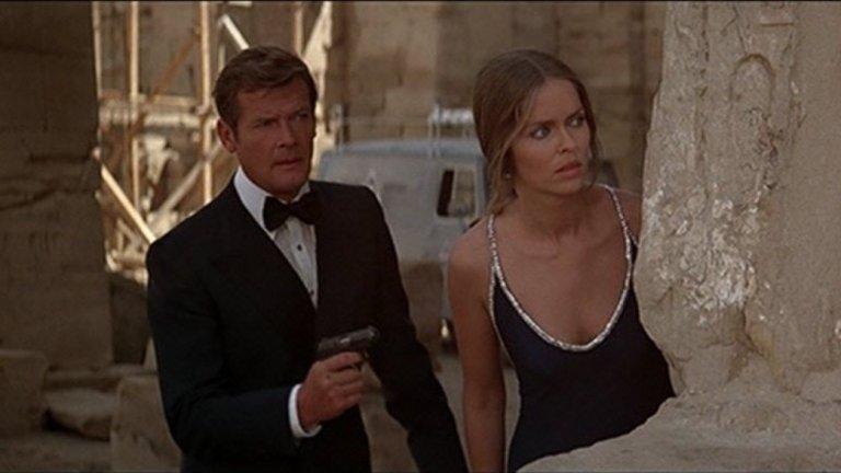 """Шпионинът, който ме обичаше (1977 г., реж. Луис Гилбърт)  Десетият филм от поредицата за Агент 007 е с Роджър Мур в ролята на Джеймс Бонд. В основата на сюжета е маниак, който иска да създаде нова цивилизация под водата, а Бонд трябва да обедини сили с руски агент, за да го спре.  """"Един от първите филми, които си спомням, е """"Шпионинът, който ме обичаше"""", а в един определен период филмите за Бонд се забиха в главата ми като отличен пример за мащаба и обхвата на големите филми. Идеята за това да те отведат в друго място по начин, който да те накара да повярваш – в този филм автомобил Lotus Esprit се превръща в подводница и това е напълно убедително"""", обяснява Нолан."""