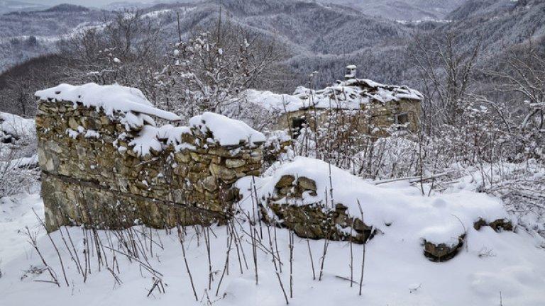 Стамбулар е една от многото изоставени махали, разпръснати по хълмовете в района на село Гърбище.