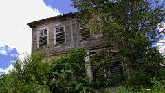 Дълги години старата дървена къща изпълнява ролята на кметство в малкото странджанско село Кости. Днес красивата сграда, построена в традиционна за околията архитектура, е занемарена и буренясала, но с достолепната си останка разказва историята на селото...