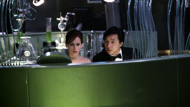 """""""Смокинг"""" (The Tuxedo, 2002 г.)   Ако сте прекалили малко с Джеки Чан, но ви се гледа още от него, а дамата до вас се цупи, то спокойно може да я убедите да гледа с вас """"Смокинг"""". Нежното присъствие на Дженифър Лав Хюит придава чудесен нюанс на екшън комедията. Отделно от това, човек не очаква да я види в подобна роля.  Чан тук играе шофьор на такси на име Джими Тонг, който става шофьор на загадъчен милионер - Кларк Девлин. Как героят на Чан за пореден път се оказва в центъра на събитията ли? След злополука с Девлин той взема самоличността му и... неговият необикновен смокинг. Така той се озовава в неочакваната ситуация да трябва да работи с новобранката Дел Блейн (Лав Хюит), която е изненадана от нетипичните методи на своя учител, без да съзнава истината за неговата самоличност."""