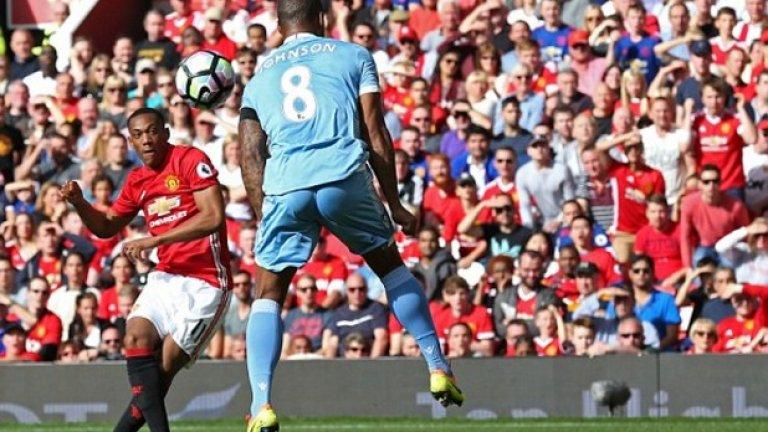 Манчестър Юнайтед направи Х у дома срещу последния – Стоук Сити. И то след грешка на най-стабилния футболист на тима в последните години – Давид де Хеа.