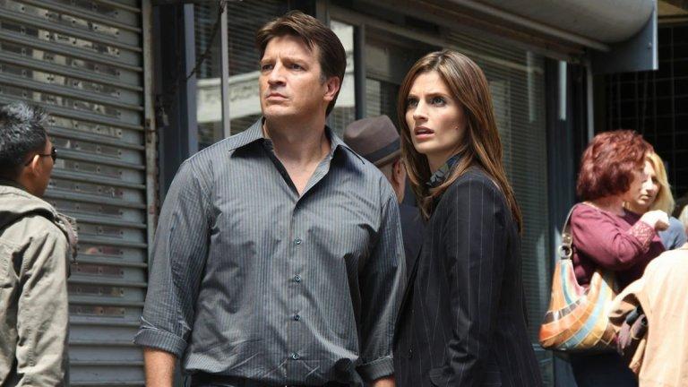 """""""Касъл"""" (Castle) Сезон: 8 Епизоди: 173   Крайният вариант, ако извънредното положение се задържи, ще е да се обърнете към осемте сезона на """"Касъл"""". Сещате се, онзи сериал, който със сигурност сте засичали по телевизията, но порди някаква причина никога не сте го гледали от-до. В центъра му е Ричард Касъл - писател на криминални романи, който помага на детектива Кейт Бекет в разследването на различни престъпления в Ню Йорк. Отношенията между двамата се превръщат в свързващото звено между отделните епизоди, заедно с работата по един личен случай. А и най-важното - въпреки тематиката си, с дозата си хумор """"Касъл"""" няма да ви натовари. А не е ли това целта в момента?"""
