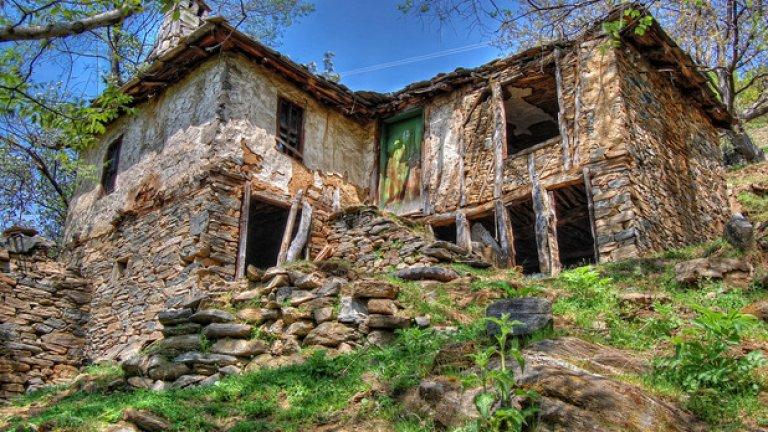 Една от много изоставени къщи по пътя за село Русалско