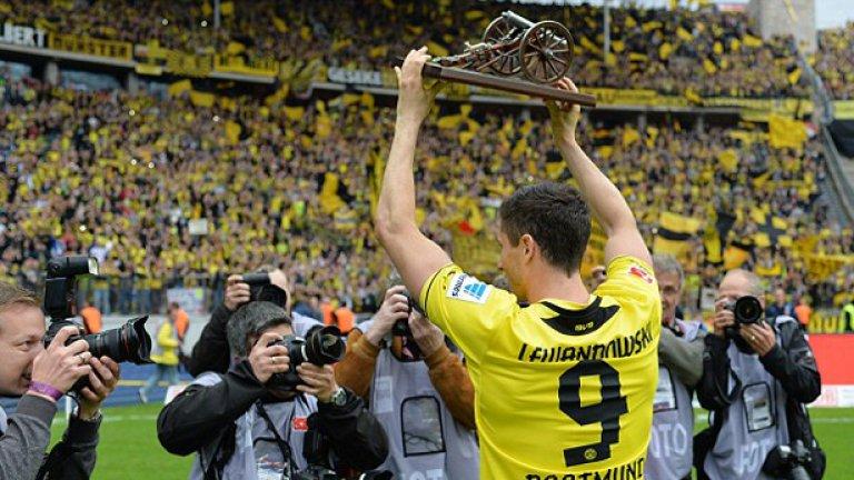 """Борусия Дортмунд 2012/13 Дортмунд бе спечелил титлата в Бундеслигата предишните два сезона, но през 2013 г. завърши на 25 точки зад шампиона Байерн Мюнхен. """"Жълто-черните"""" се надяваха да вземат реванш в изцяло германския финал на Шампионската лига, но баварската машина се оказа твърде голямо препятствие. Байерн напазари стабилно, взимайки Роберт Левандовски и Марио Гьотце, а по-късно и Матс Хумелс. Дортмунд се раздели още с Шинджи Кагава и Илкай Гюндоган и от онзи тим на Юрген Клоп не остана почти нищо."""
