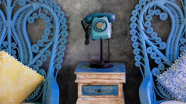Старите мебели в ново амплоаОстанал ви е малко латекс от предишния ремонт? Преди да се отправи към кофата за боклук, помислете дали не ви се експериментира в някоя мебел - имате старо дървено шкафче, което леко се е олющило? Помислете дали не е супер кандидат за малко цвят върху себе си. Същото важи и за столовете или за някоя масичка, която иначе не присъства ярко в стаята.