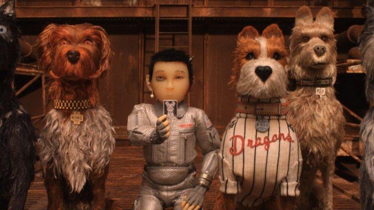 """""""Островът на кучетата""""  Уес Андерсън е архихипстър, който знае как се прави сладко и симетрично кино с качествен хумор и неочаквани творчески решения. """"Островът на кучетата"""" е вторият опит на Андерсън в старомодната, но естетически удовлетворяваща стоп-моушън анимация след чудесния """"Фантастичният Мистър Фокс""""."""