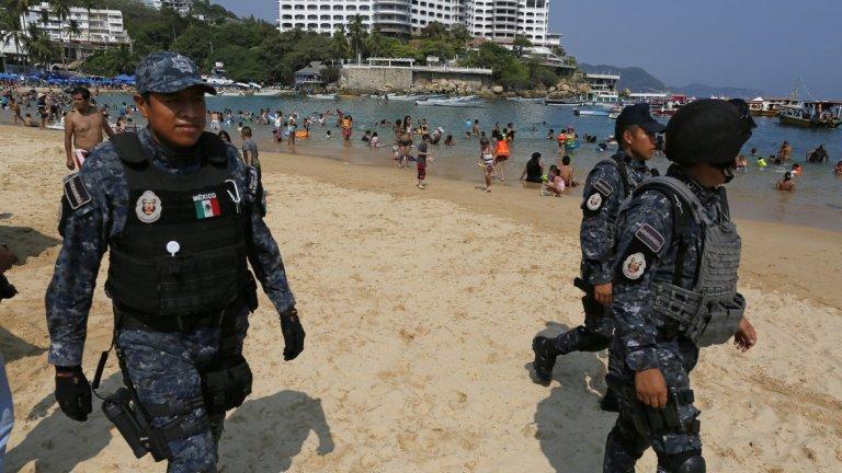 От десетилетия Мексико живее между туристите, наркотиците, гангстерските войни и усилията на политиците да наложат правосъдие и ред
