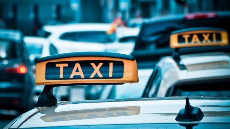 Не такситата са по-малко, а клиентите са повече. И това било нормално.