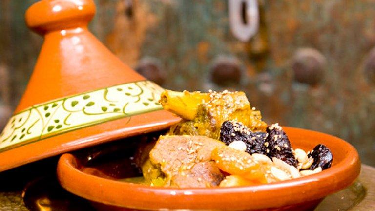 Популярното Tagine в Мароко, включващо месо, обикновено от домашни птици, и зеленчуци, носи името си от съда, в който е приготвено. Горещото гърне на Африка, ако щете.