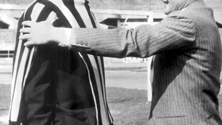 Преминаването на Джон Чарлс от Лийдс в Ювентус беше голяма новина през 1957-а. Торинци плащат 65 хил. паунда. На снимката капитанът на Юве Джампиеро Бониперти пробва дали фланелката ще стане на мощния уелсец. Чарлс остава 5 години в Ювентус и изиграва 150 мача за тима. За малко се връща в Лийдс през 1962-а, след което играе за Рома, Кардиф и Херефорд.