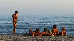"""Спокойните вечери се изразяват в огън на плажа, потни бири, задушевни разговори под луната и падащите звезди. Тогава си пожелаваш късметчето """"Любов"""" от бара, което ти се пада всеки ден, да се сбъдне"""