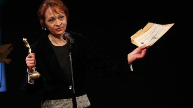 """Ана Вълчанова получи награда за главна женска роля за """"Влиянието на гама-лъчите върху лунните невени"""" от Пол Зиндел"""