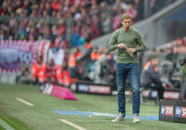 """Миналата седмица Юлиан дойде на """"Алианц Арена"""" и беше младежки облечен. С дънки и блуза. А най-вероятно стюардите на стадиона са поискали билета му преди да го пуснат, защото той прилича на всичко друго, но не и на треньор на топ отбор в Германия."""