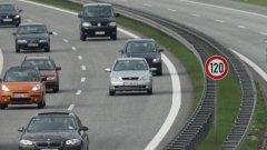 Десетки хиляди коли минават по магистралата в летните дни