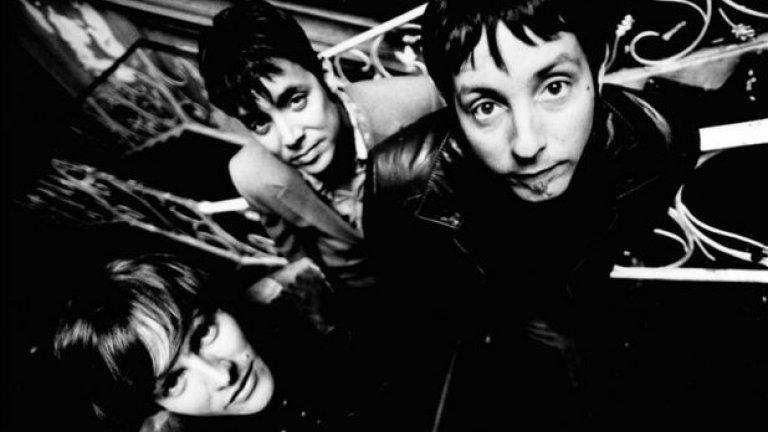 """Fastball и днес се състои от същите три любезни джентълмена, които я основават през 1993 година. Групата става известна с хитовете """"The Way"""" и """"Out of My Head"""". Последно пуснаха нов сингъл, наречен """"Love Comes in Waves"""" с видео-премиера в YouTube преди по-малко от година"""