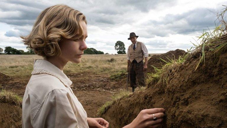 """The Dig (Netflix) - 29 януариКери Мълиган (""""Великия Гетсби"""") влиза в образа на Едит, която наема частен археолог за ексхумация. Вместо това обаче той се натъква на историческо откритие, при това малко преди разгара на Втората световна война. В ролята на въпросния археолог ще видим Ралф Файнс, а освен него ще гледаме и Дани Уеб (""""Пришълецът 3"""") и Джо Хърст (""""Играч първи, приготви се"""")."""