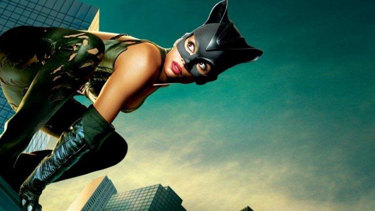 """Хали Бери (""""Жената котка"""", 2004 г.)  И стигаме до големия провал. Планове за самостоятелен филм за Жената котка има още от """"Батман се завръща"""", като Пфайфър дори е трябвало отново да влезе в ролята. Но и тогава, както и сега, в Холивуд нещата стават по трудния начин. След години на отлагане, Warner Bros. дават зелена светлина на проекта едва през новия век, а за ролята е избрана Хали Бери, което я прави втората (да, втората) тъмнокожа актриса, играла Жената котка."""