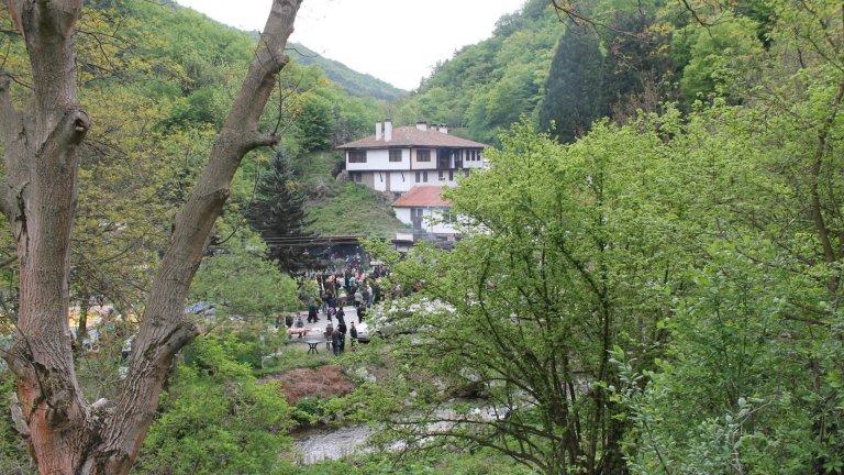 На празници в манастира се стичат стотици хора от близо и далеч
