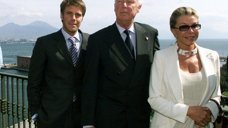 След края на изгнанието на кралското семейство Емануеле се завръща в Италия през 2002 г. (на снимката: със своите баща и майка). Правил е опити и за политическа кариера, но те обаче са крайно неуспешни.