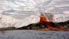 """""""Кървавите водопади"""" на Антарктида са красива гледка – кървавочервена вода, която тече през белия сняг. Водопадите са открити през 1911-а от австралийския геолог Грифин Тейлър. Първоначално той мисли, че цветът на водопадите се дължи на водораслите в тях.   По-късно се причината най-вероятно се дължи на високи нива на железен оксид. Високото съдържание на желязо във водата е идеална среда за развитието на уникална екосистема от бактерии, каквато няма никъде другаде по света.   Тъй като в тази среда няма кислород, учените се чудят как системата оцелява. Съществува теория, че под ледниците има запечатан от природата басейн, от който идват тези бактерии.  Още по-озадачаващо е взаимодействието между желязото и сярата във водата, което остава неразгадано и до днес."""
