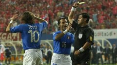 Скандалният Байрон Морено показва втори жълт картон на Франческо Тоти в продълженията на мача Южна Корея - Италия (2:1) от Мондиал 2002