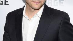 """Аштън Къчър   Къчър има странна биография, от срамни филми, която включва проекти като """"Просто секс"""", """"Бракувани"""" и """"Да си остане във Вегас"""". Някои го помнят и като водещ на предаване със скрита камера по MTV, а феновете на чичо Чарли никога няма да му простят участието му в """"Двама мъже и половина"""".   Въпреки това публиката харесва Аштън и има защо. Той е чаровен, усмихнат и има приветливо излъчване. Показва чувство за самоирония към себе си и не се взима твърде сериозно, което винаги привлича симпатиите."""