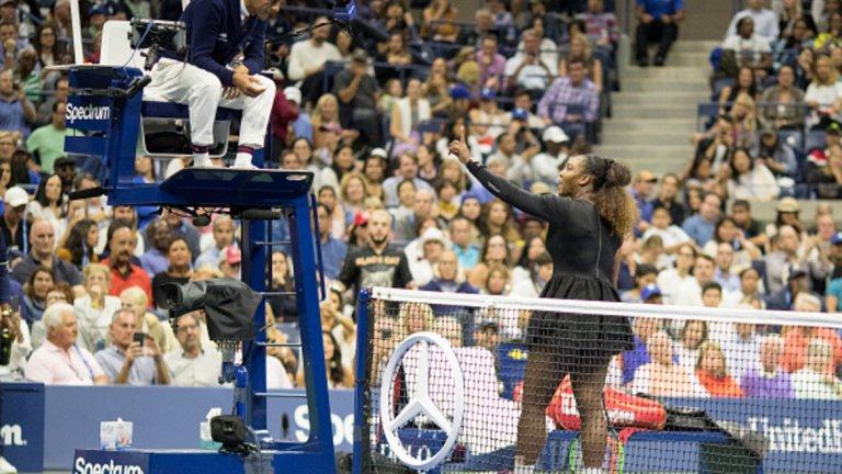 1. Серина Уилямс срещу Карлос Рамос на US Open 2018 Започваме с инцидента, за който всички говорим в последните дни. Серина Уилямс бе предупредена, след което й бе отнета точка, а накрая – бе присъден и гейм в полза на Осака. В допълнение, 23-кратната шампионка на турнири от Големия шлем бе глобена със 17 000 долара.