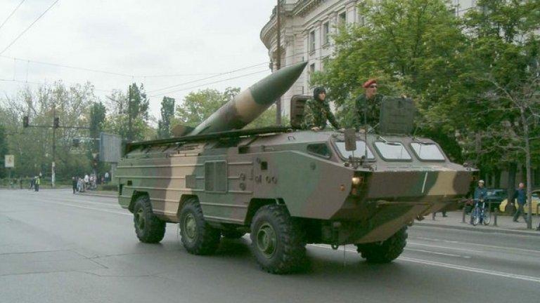 """""""Точка""""  Тактическата балистична ракетна система 9К79 """"Точка"""" е най-мощното сухопътно въоръжение, с което разполага България днес. Може да поразява цели на далечина от 70 km с високоточна балистична ракета. Бойната"""