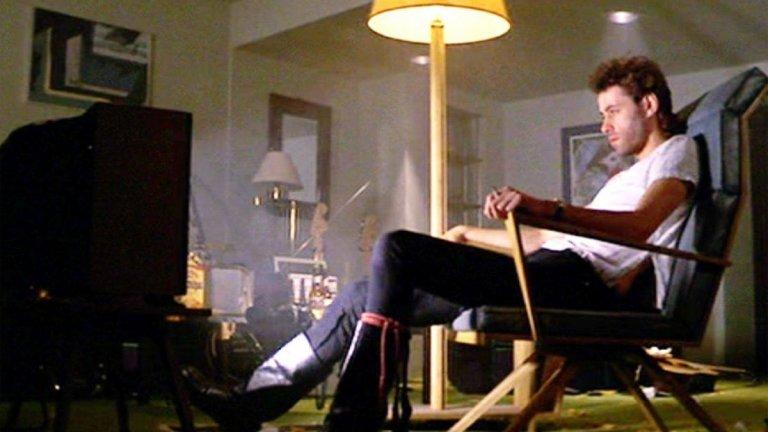 """""""Пинк Флойд Стената""""  В драматичния мюзикъл главният герой Пинк (Боб Гелдоф) е рок звезда, която се отчуждава от всички. Заключен в хотелската си стая, той си припомня всички събития, които са издигнали стената между него и останалите. Ретроспекция след ретроспекция филмът показва житейските трагедии, които са го превърнали в саможив човек и обяснява как всяко разочарование добавя нова тухла в стената му."""