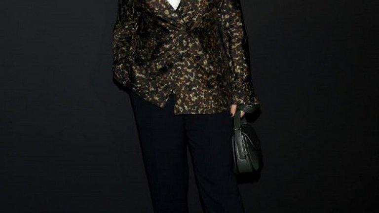 През 2020 г. отново ще носим и малките чантички с къси дръжки. На снимката е Жулиет Бинош с подобна на тези, които помним от 90-те, а някои вероятно все още пазят.