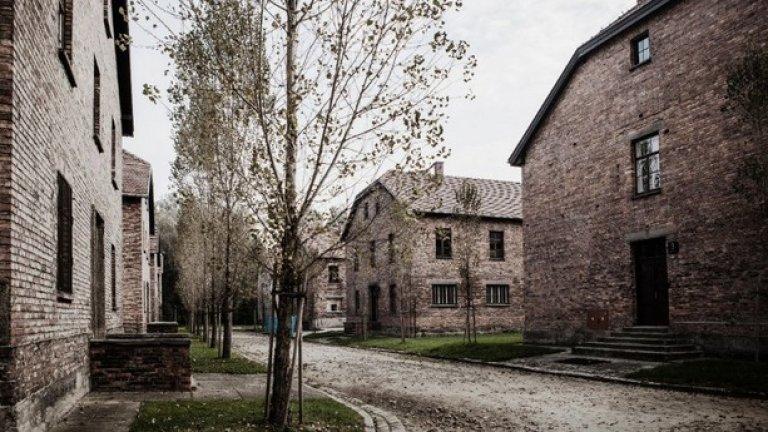 Пътят към лагера на смъртта. Преди да станат концентрационен лагер, казармите са ползвани от полската армия. 33-те сгради стават ядрото на лагера Аушвиц 1.