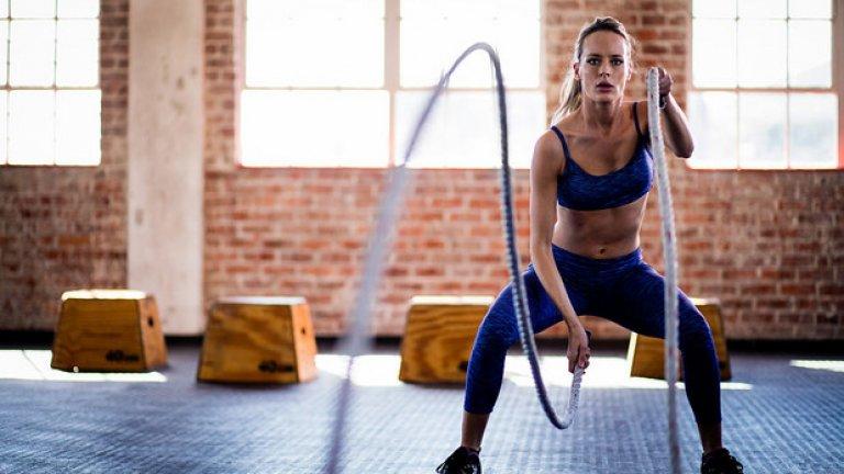 9: Добавете физическа активност Продължително стоене в седнало или изправено положение за дълго време, е сигурна предпоставка за развитие на оток и подуване в крайниците на тялото. Добавянето на физическа активност има главна роля за загуба или предотвратяване на подобен тип задържана вода. Движението подобрява кръвообращението. Също така чрез потене тялото изчиства по естествен начин излишно количество вода.  Ходенето пешаи разходките могат да способстват не само за отслабване, но и за редуциране в натрупването на излишни течности, особено в долните крайници. Повдигането на краката също може да е полезно, но е временно решение. Ако работите 6-8 часа на ден в статична позиция, то ставането от стола и раздвижването за няколко минути, три до четири пъти ще спомогне значително за редуциране на натрупване на вода. Най-ефективен вариант остават упражнения, натоварващи цялото тяло.